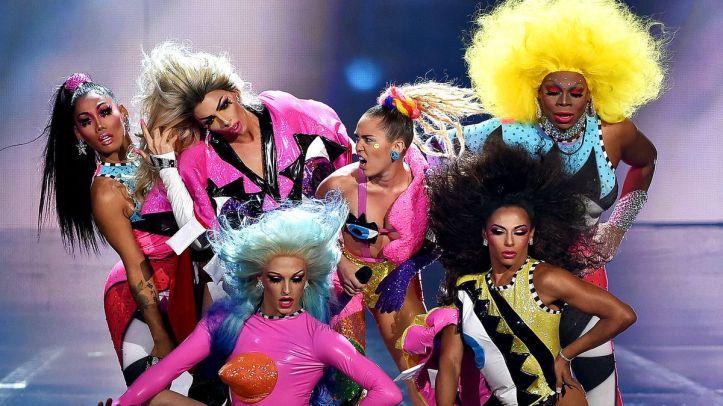Miley Cyrus, 30 adet drag queen'i dahil ettiği bir performans yapmış. Yani aslında bu yazıda anlattıklarımın hiçbiri önemli değil. Mühim olan drag.