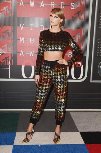 Taylor Swift, sana gıcığım. Kıyafetini beğendim. Geç.
