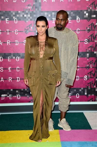 Kimye. Kanye kendi Adidas koleksiyonunu giymiş gelmiş.