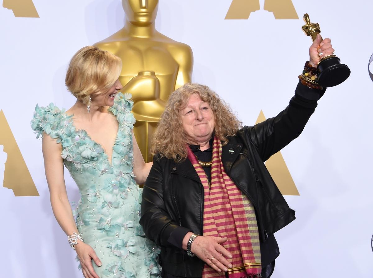 Mad Max İçin En İyi Kostüm Oscar'ını Kazanan Jenny Beavan, Deri Ceketiyle Salonun Şık Beyefendilerini Trolledi